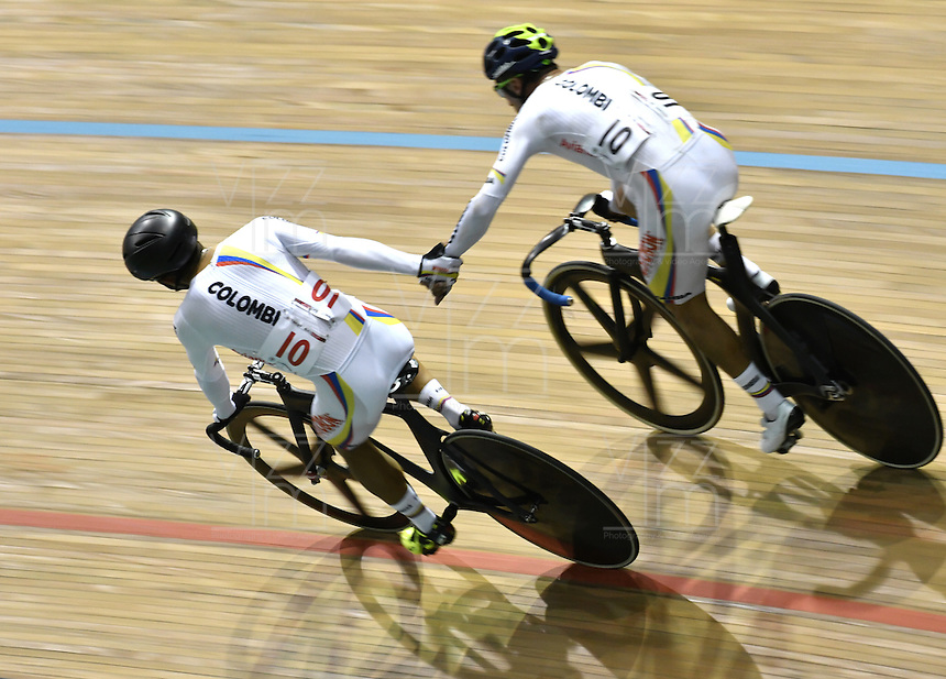 CALI – COLOMBIA – 19-02-2017: Yeison Andres Chaparro Rueda y Jordan Arley Parra Arias de Colombia en la prueba Madison Varones en el Velodromo Alcides Nieto Patiño, sede de la III Valida de la Copa Mundo UCI de Pista de Cali 2017. / Yeison Andres Chaparro Rueda and Jordan Arley Parra Arias from Colombia in the Men´s Madison Race at the Alcides Nieto Patiño Velodrome, home of the III Valid of the World Cup UCI de Cali Track 2017. Photo: VizzorImage / Luis Ramirez / Staff.