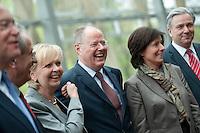 Berlin, der Ministerpräsident von Niedersachsen Stephan Weil (SPD, v.l.), der Oberbürgermeister von München, Christian Ude (SPD), die Ministerpräsidentin von Nordrhein-Westfalen, Hannelore Kraft (SPD), der SPD-Kanzlerkandidat Peer Steinbrück, die Ministerpräsidentin von Rheinland-Pfalz, Malu Dreyer (SPD) und Berlins Regierender Buergermeister Klaus Wowereit (SPD) stehen am Donnerstag (02.05.13) in der Landesvertretung Nordrhein-Westfalen in Berlin bei einem Treffen der SPD-Ministerpräsidenten. Foto: Steffi Loos/CommonLens