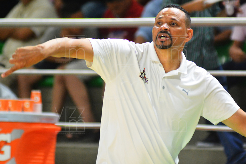 BARRANQUILLA - COLOMBIA. 26-11-2019: Tomas Diaz técnico de Titanes gesticula durante el primer partido por la final entre Titanes de Barranquilla y Fastbreak del Valle como parte de la Liga Profesional de Baloncesto de Colombia 2019 realizado en el Coliseo Elías Chewing Barranquilla, Colombia. / Tomas Diaz coach of Titanes gestures during first final match between Titanes de Barranquilla and Fastbreak del Valle as part of Professional Basketball League of Colombia 2019 played at Elias Chewing coliseum in Barranquilla, Colombia. Photo: VizzorImage / Alfonso Cervantes / Cont