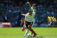 Action photo of Brian Ching (L) of USA and Israel Castro (R) of Mexico, during World  Cup 2010 qualifier game against USA at the Azteca Stadium./Foto de accion de Brian Ching (I) de USA e Israel Castro (D) de Mexico, durante juego eliminatorio de Copa del Mundo 2010 en el Estadio Azteca. 12 August 2009. MEXSPORT/OSVALDO AGUILAR