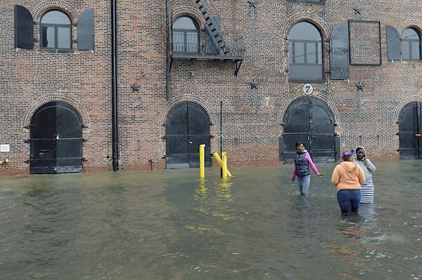 """JLX16. BROOKLYN (ESTADOS UNIDOS), 29/10/2012.- Personas contemplan las inudaciones en una zona de edificios de Brooklyn, Nueva York, Estados Unidos, hoy, lunes 29 de octubre de 2012. El huracán """"Sandy"""", que se encuentra a unos 615 kilómetros al sudeste de la ciudad de Nueva York, sigue ganando fuerza y se espera que traiga una marejada ciclónica junto con vientos de fuerza huracanada, informó hoy el Gobierno. EFE/Justin Lane"""