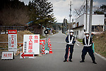 Kawauchi, April 26th 2011 - .(Eng) Two policemen coming from Osaka at the barrier to avoid people to enter the 20km evacuation zone...(Fr) Deux policier d'Osaka empechent les voitures d'accéder a la zone des 20km.
