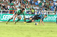 CALI -COLOMBIA-22-06-2013. Andres Perez (I) del Deportivo Cali disputa el balón con Freddy Montero (D) de Millonarios durante partido de los cuadrangulares finales, fecha 3, de la Liga Postobón 2013-1 jugado en el estadio Pascual Guerrero de la ciudad de Cali./ Deportivo Cali player Andres Perez (L) fights for the ball with Millonarios player Freddy Montero (R) during match of the final quadrangular 3th date of Postobon League 2013-1 at Pascual Guerrero stadium in Cali cityPhoto: VizzorImage/Juan C. Quintero/STR