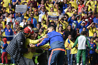 BOGOTA - COLOMBIA, 05-07-2018: Radamel FALCAO GARCIA jugador de la Selección Colombia de fútbol saluda a un hincha durante el homenaje hoy, 05 de julio de 2018, después de su participación en la Copa Mundial de la FIFA Rusia 2018. El acto tuvo lugar een el estadio Nemesio Camacho El Campín de la ciudad de Bogotá / Radamel FALCAO GARCIA player of Colombia national soccer team greets to a fan during the tribute today, July 5, 2018, after his participation in the FIFA World Cup Russia 2018. The event took place at Nemesio Camacho El Campin stadium in Bogota city. Photo: VizzorImage / Gabriel Aponte / Staff