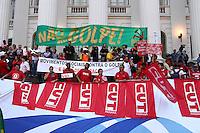 CURITIBA, PR,31.03.2016 - PROTESTO-PR– Manifestantes pró-Governo realizam ato na praça Santos Andrade centro de Curitiba (PR) na noite desta quinta-feira (31) em apoio a Presidente Dilma Rousseff (PT) e contra o impeachment. (Foto: Paulo Lisboa/ Brazil Photo Press)