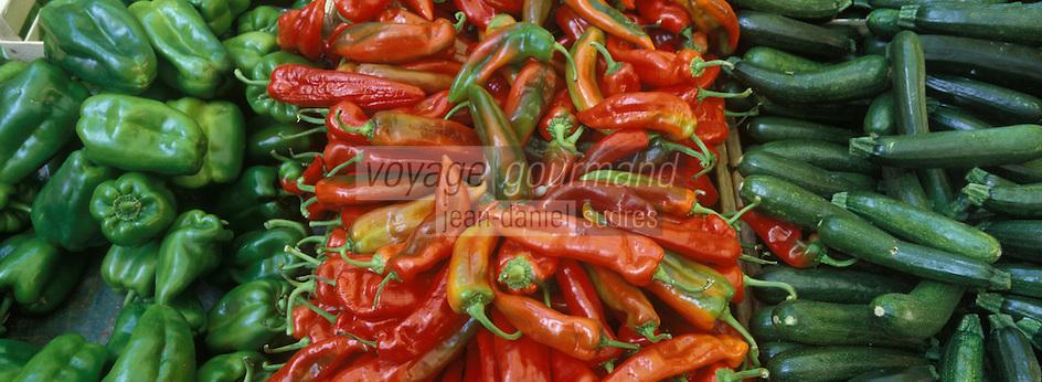 Europe/France/Languedoc-Roussillon/30/Gard/Uzès : Détail étal sur le marché de la place aux Herbes, piments, poivrons et courgettes