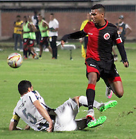 CUCUTA -COLOMBIA, 21-11-2015: Estefano Arango (Der.) jugador del Cucuta Deportivo disputa el balón con Francisco Najera (Izq.) jugador de Atlético Nacional durante partido por la fecha 20 de la Liga Aguila II 2015 disputado en el estadio General Santander de la ciudad de Cúcuta./ Estefano Arango (R) player of Cucuta Deportivo fights for the ball with Francisco Najera (L) player of Atletico Nacional during match for the date 20 of the Aguila League II 2015 played at General Santander stadium in Cucuta city. Photo: VizzorImage / Manuel Hernandez /