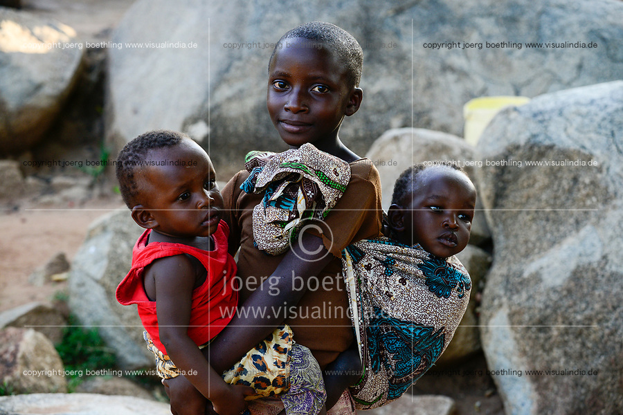 TTANZANIA, Mara Region, Musoma, village Bokabwa, Luo tribe, elder children must take care for their smaller siblings / Tansania Region Mara, Musoma, Dorf Bokabwa, Luo Volksstamm, Kinder