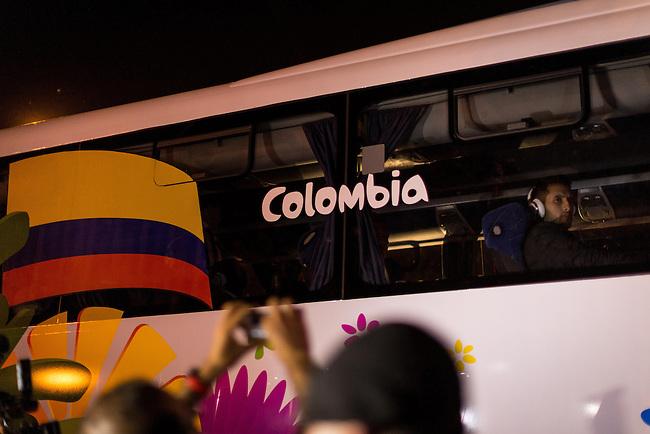Hinchas de la Seleccion Colombia reciben a los jugadores en las afueras del Hotel Royal Tulip en las afueras de Brasilia el 17 Junio 2014.<br /> <br />  Lorenzo Moscia/Archivolatino<br /> <br /> lCOPYRIGHT: Archivolatino<br /> Solo para uso editorial, prohibida su venta y su uso comercial.eccion Colombia en Brasilia