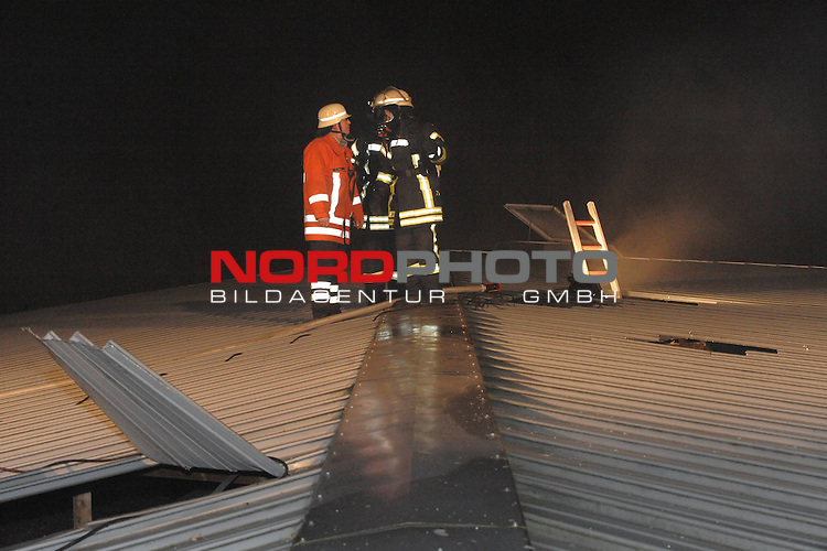 In der  Haupt-und Realschule (Ludgerusschule &ndash; Schulzentrum Nord am Lattweg ) in Vechta (Niedersachsen) ist in der Nacht zu Sonntag ein Brand ausgebrochen. Das Feuer entstand nach ersten Informationen zufolge in einem Werkraum, in dem am Abend noch eine Feier stattgefunden haben soll. Ob ein Zusammenhang mit dem Brand besteht, ist bislang unklar. Ehemalige Sch&uuml;ler der Realschule hatten die Schulr&auml;ume noch einmal besucht.<br />&bdquo;Als wir an der Schule eingetroffen sind, standen bereits der gesamte Werkraum und ein weiteres Klassenzimmer lichterloh in Flammen&ldquo;, sagte der Einsatzleiter der Feuerwehr. Zahlreiche Kr&auml;fte gingen gegen den Brand vor, k&auml;mpften gegen die Flammen und die Glutnester in der Decke. Zumindest am Montag werde in der gesamten Schule kein Unterricht stattfinden k&ouml;nnen, sagte Schulleitern Berna Hillmann. Zu stark hatten sich die Rauchgase in dem Geb&auml;ude ausgebreitet. Sachschaden: Mehrere hunderttausend Euro.<br />Nachdem die gro&szlig;en Flammen gel&ouml;scht waren, suchten die Einsatzkr&auml;fte mit W&auml;rmebild-Kameras nach weiteren Glutnestern.<br />Im Einsatz waren knapp 150 Feuerwehrkameraden aus dem Landkreis Vechta. Die L&ouml;scharbeiten dauerten die ganze Nacht an, Am Sonntagmorgen konnten sie dann Vollzug melden .<br /> <br /> <br /> Foto: &copy; nph ( nordphoto )