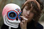 Foto: VidiPhoto<br /> <br /> ARNHEM &ndash; Medewerkers van Burgers&rsquo; Zoo in Arnhem leggen woensdag de laatste hand aan de inrichting van D&iacute;a de los Muertos, de tegenhanger van Halloween. Vanaf zaterdag start het kleurrijke feest. D&iacute;a de los Muertos is het grootste culturele evenement van Mexico, maar wordt ook in bijna alle Zuid- en Midden-Amerikaanse landen gevierd. Tot en met 29 oktober zijn de versieringen, beelden, workshops en geschminkte acteurs die Mexicaanse muziek spelen te zien in het park. In tegenstelling tot Halloween is D&iacute;a de los Muertos niet bedoeld om te griezelen: het respect voor overleden familieleden en vrienden staat centraal, waarbij tevens het leven wordt gevierd. Het Arnhemse dierenpark vertelt bovendien op educatieve wijze de verhalen van drie beroemde gestorven dieren uit het park: chimpansee Mama, een adelaarsrog zonder vader en de gestroopte neushoorn Vince. Met name in Hollywood ontstaat een groeiende belangstelling voor het fascinerende evenement D&iacute;a de los Muertos. Zo komt Disney in november van dit jaar met de internationale premi&egrave;re van Coco: deze nieuwe tekenfilm is helemaal gebaseerd op D&iacute;a de los Muertos en legt de oorsprong en gebruiken van dit evenement spelenderwijs aan de (jonge) kijkers uit.