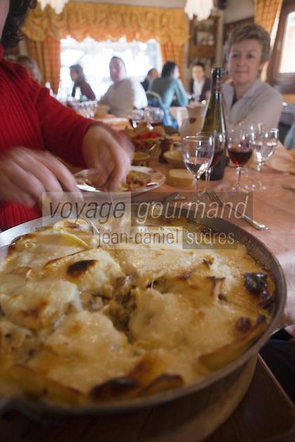 """Europe/France/Rhone-Alpes/74/Haute-Savoie/Megève: Service de la  Tartiflette au restaurant """"le Grenier"""""""