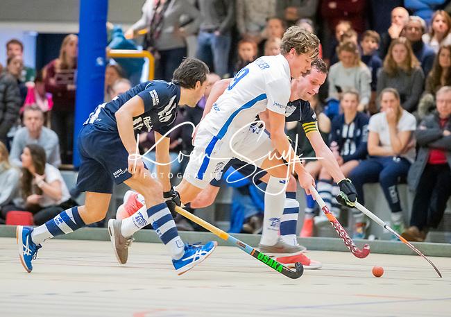DELFT - Derck de Vilder (Kampong) met Kieran Dartee,    tijdens de zaalhockey hoofdklasse competitiewedstrijd HDM-KAMPONG (7-8). COPYRIGHT KOEN SUYK