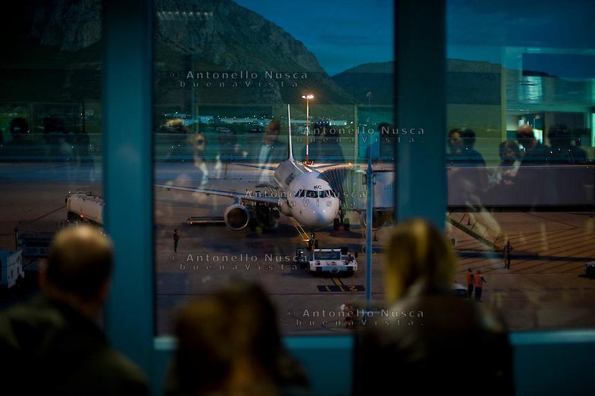 Passeggeri in attesa di imbarcarsi su un aereo