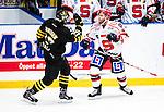 Stockholm 2014-09-11 Ishockey Hockeyallsvenskan AIK - S&ouml;dert&auml;lje SK :  <br /> S&ouml;dert&auml;ljes Robert Carlsson i br&aring;k med AIK:s Marcus Jonsson <br /> (Foto: Kenta J&ouml;nsson) Nyckelord:  AIK Gnaget Hockeyallsvenskan Allsvenskan Hovet Johanneshovs Isstadion S&ouml;dert&auml;lje SK SSK slagsm&aring;l br&aring;k fight fajt gruff