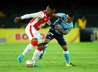 BOGOTA - COLOMBIA - 03-10-2015: Harold Cummings (Izq.) jugador de Independiente Santa Fe disputa el balón con Vladimir Hernandez (Der.) jugadores de Atletico Junior, durante partido por la fecha 15 entre Independiente Santa Fe y Atletico Junior, de la Liga Aguila II-2015, en el estadio Nemesio Camacho El Campin de la ciudad de Bogota. / Harold Cummings (L) player of Independiente Santa Fe struggles for the ball with Vladimir Hernandez (R) player of Atletico Junior, during a match of the 15 date between Independiente Santa Fe and Atletico Junior, for the Liga Aguila II -2015 at the Nemesio Camacho El Campin Stadium in Bogota city, Photo: VizzorImage / Luis Ramirez / Staff.