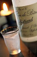 """Europe/France/Nord-Pas-de-Calais/59/Nord/Flandre/Cassel: Estaminet """"T Kasteelhof"""" - Détail bouteille et verre de Fleur de bière- Eau de vie blanche à base de houblon, distillé en alambic."""