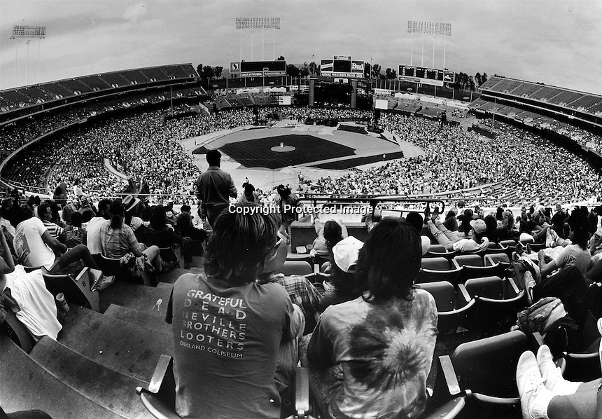 The Grateful Dead preforming at the Oakland-Alameda County Coliseum (1987 PHOTO/Ron Riesterer)