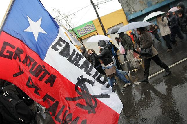SCH04. SANTIAGO DE CHILE (CHILE), 18/08/2011.- Varios miles de personas marchan bajo la lluvia hoy, jueves 18 de agosto de 2011, en el marco de las demandas estudiantiles por una mejor educación, en una calle de Santiago (Chile). A su turno, el presidente Sebastián Piñera reiteró que sólo el diálogo puede conducir a una solución del conflicto. EFE/MARIO RUIZ