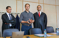 Der Angeklagte Alexander Falk mit seinen Verteidigern der Kanzlei Wöllky, Gerke, Wollschläger im Landgericht Frankfurt - 21.08.2019: Prozessauftakt gegen Alexander Falk