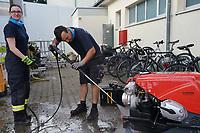 Geraetewart Christian Grölz reinigt den Generator mit Sandra Fritz - Moerfelden-Walldorf 14.08.2020: Aufräumarbeiten bei der Feuerwehr Walldorf nach dem großen Waldbrand nahe dem Frankfurter Flughafen, emonline