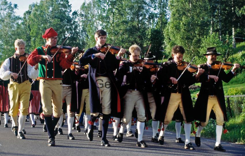 Sweden, Province Dalarnas laen, Leksand: Midsummer   Schweden, Provinz Dalarnas laen, Leksand: Mittsommerfest, Musikanten ziehen ins Dorf ein