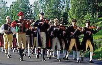 Sweden, Province Dalarnas laen, Leksand: Midsummer | Schweden, Provinz Dalarnas laen, Leksand: Mittsommerfest, Musikanten ziehen ins Dorf ein