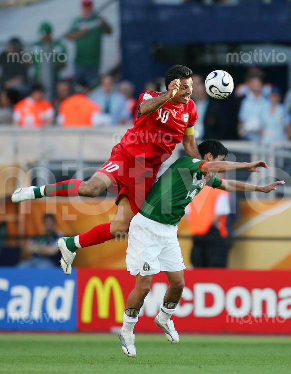 Fussball WM 2006        Mexiko - Iran Ali DAEI (links, IRN) im Zweikampf mit Gonzalo PINEDA (rechts, MEX).
