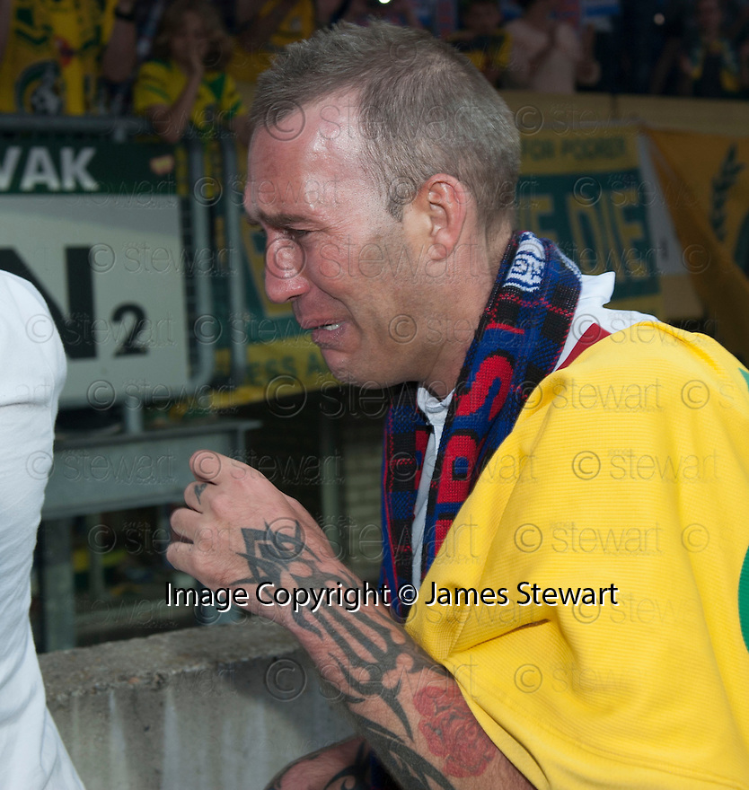 Fernando Ricksen Testimonial :   Fernando Ricksen at the end of the game as he does a lap of honour.