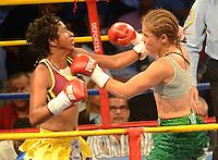BARRANQUILLA-COLOMBIA- 24-10-2014. Liliana Palmera (Der), boxeadora colombiana, obtuvo por decisión unánime, en su décimo intento, el título mundial del peso supergallo de la AMB ante la venezolana Ana Lozano (Izq), en pelea realizada este viernes por la noche en el coliseo de la Universidad del Norte de Barranquilla, en el marco de la velada 'Nocaut a las drogas'./ Liliana Palmera (R), a Colombian boxer, won a unanimous decision in his tenth attempt, world title WBA super bantamweight before Venezuelan Ana Lozano (L), in a fight on Friday night at the Coliseum at the University of North London, as part of the evening 'Knock on drugs'. Photo: VizzorImage/Alfonso Cervantes/STR
