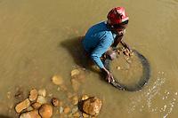 MADAGASCAR, region Manajary, town Vohilava, small scale gold mining, children panning for gold at river ANDRANGARANGA / MADAGASKAR Mananjary, Vohilava, kleingewerblicher Goldabbau, Kinder waschen Gold am Fluss ANDRANGARANGA, Junge CLEMENCE 12 Jahre