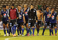 PALMIRA -COLOMBIA-01-03-2015. Jugadores del Millonarios abandonan el campo de juego tras la derrota frente a Deportivo Cali en partido  por la fecha 7 de la Liga Aguila I 2015 jugado en el estadio Palmaseca de la ciudad de Palmira./  Players of Millonarios leave the field after losing with Deportivo Cali in match for the 7th date of Aguila League I 2015 played at Palmaseca stadium in Palmira city Photo: VizzorImage/ Juan C. Quintero /STR