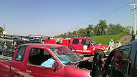Un muerto y cuatro lesionados el resultado de un choque frontal en la carretera estatal 500 en el km 9, la camioneta roja perdió una llanta y ocasionó se impactara contra otra camioneta de frente, atrás el neumático golpea a otra camioneta que se impacta detrás de la unidad roja.