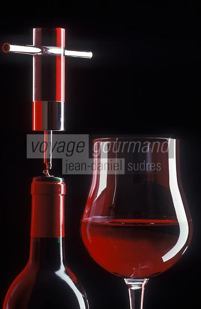 Viticulture générale/ Vin rouge, bouteille, verre et Tire-Bouchon