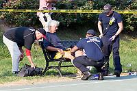 MR07 VIRGINIA (ESTADOS UNIDOS), 14/06/2017.- Un hombre recibe atención médica en el lugar donde se produjo un tiroteo en Alexandria, Virginia (Estados Unidos), hoy, 14 de junio de 2017. Varias personas resultaron heridas, entre ellas el congresista republicano Steve Scalise, en el ataque. EFE/MICHAEL REYNOLDS