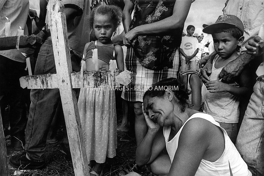 BRAZIL,El DORADO DOS CARAJAS : Woman crying the death of her son, assassinated by the military police, during the massacre of El Dorado do Carajás on 17 April, 1997  at transamazonica in Parauapebas south of Pará, northern Brazil. -  Photo by Paulo Amorim