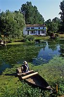 Europe/France/Poitou-Charentes/79/Deux-Sèvres/Coulon: Marais poitevin, maison maraichine et pêche à la ligne<br /> PHOTO D'ARCHIVES // ARCHIVAL IMAGES<br /> FRANCE 1990
