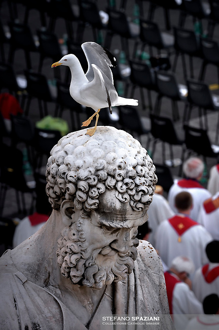 Statue san Peter.St. Peter's Square in the Vatican during the Pentecost vigil on June 8, 2019 Pope Francis   during  the Pentecost vigil on June 8, 2019