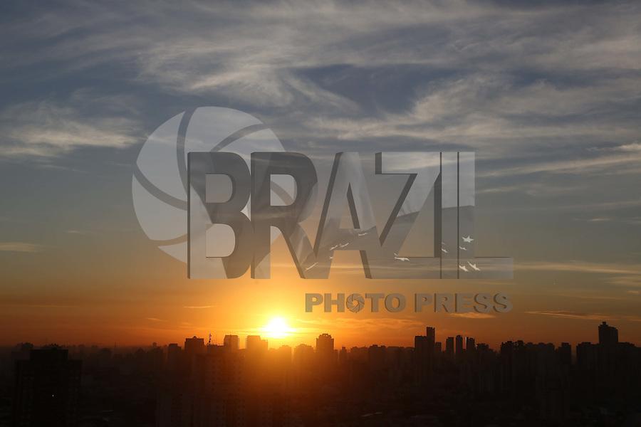SAO PAULO, SP, 04/06/2012, CLIMA TEMPO.<br /> <br /> Amanhecer na cidade de São Paulo na manhã dessa Segunda-feira (4), existe a previsão de chuva para o final da tarde, devido a chegada de uma frente fria.<br /> <br />  Luiz Guarnieri/ Brazil Photo Press
