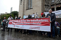 SAO PAULO, 20 DE JUNHO DE 2012 - PROTESTO AMBULANTES SP - Ambulantes, a maioria deficientes fisicos, protestam em frente Catedral da Se contra medida que impede estes de trabalharem nas ruas, na regiao central, na manha desta quarta feira. FOTO: ALEXANDRE MOREIRA - BRAZIL PHOTO PRESS