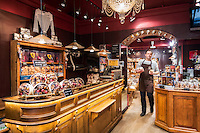 France, Provence-Alpes-Côte d'Azur, Menton: Maison Larnicol - chocolate maker, sales room | Frankreich, Provence-Alpes-Côte d'Azur, Menton: Maison Larnicol - Chocolatier, Verkaufsraum
