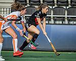 AMSTELVEEN - Elsemiek Groen (Adam)  met links Kim Janssens (OR)   tijdens de hoofdklasse hockeywedstrijd dames,  Amsterdam-Oranje Rood (2-2) .   COPYRIGHT KOEN SUYK