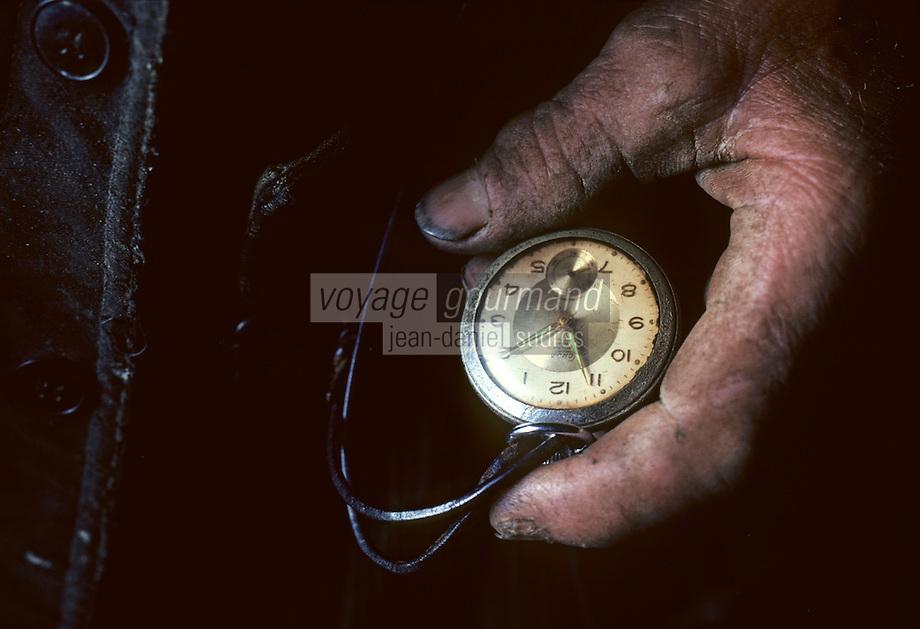 Europe/France/Auvergne/15/Cantal/env de Vic sur Cère: agriculteur regardant l'heure sur sa montre gousset  <br /> [PHOTO D'ARCHIVES // ARCHIVAL IMAGES<br /> FRANCE 1980