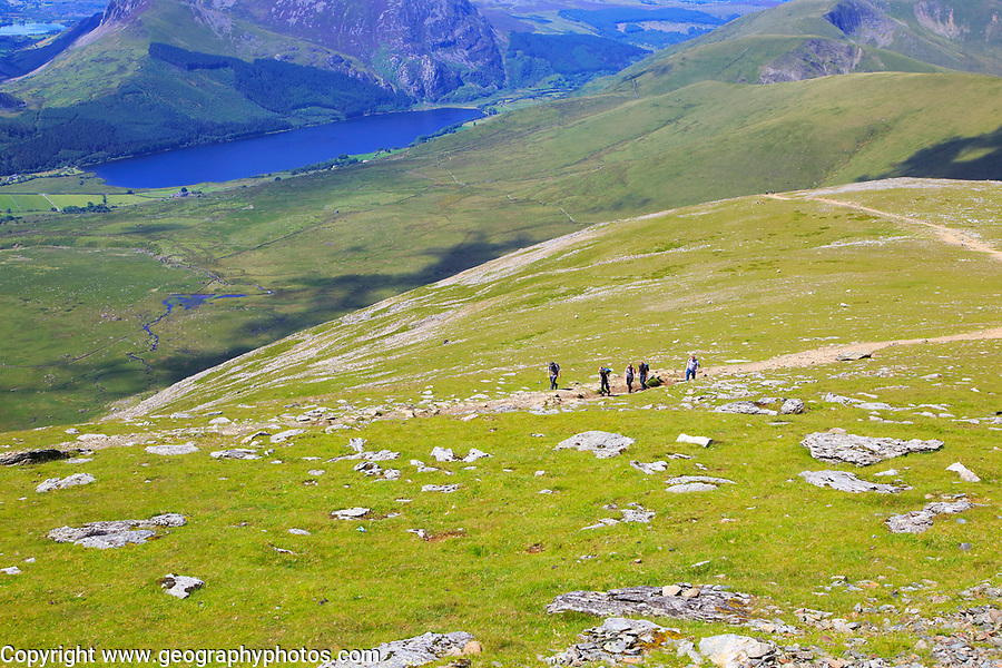 Walkers climbing up from Llyn Cwellyn lake, Mount Snowdon, Gwynedd, Snowdonia, north Wales, UK
