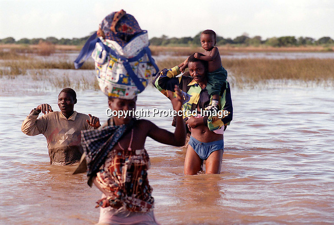 A Mozambican family wades towards the South African army in floodwaters of the Limpopo river near Treis Febrero in Mozambique; flood victims; rescue..©Per-Anders Pettersson/iAfrika Photos