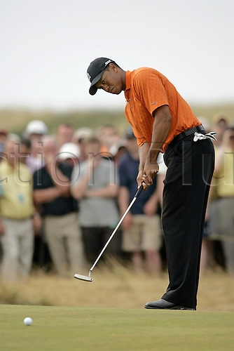 20 July 2006: American golfer Tiger Woods (USA) putts on the 5th Green during the first round of The Open Championship 2006, Royal Liverpool Golf Club, Hoylake, England. Photo: Glyn Kirk/Actionplus....060720 man men male .