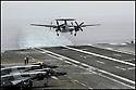 -Mer Méditerranée- Porte Avions Charles de Gaulle- Appontage d'un Hawkeye.