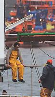 Ministra de fomento despues de la visita al buque holandes ostedijk. En la imagen trabajadores en el puerto de Celeiro, Viveiro, Lugo.