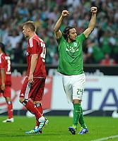 FUSSBALL   1. BUNDESLIGA   SAISON 2011/2012    5. SPIELTAG SV Werder Bremen - Hamburger SV                         10.09.2011 Claudio PIZARRO (Bremen, links) jubelt nach seinem Tor zum 1:0. Der Hamburger Slobodan RAJKOVIC (li) wendet sich entteuscht ab