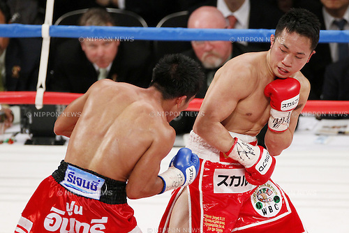 (L to R)  Terdsak Kokietgym (THA), Takahiro Aoh (JPN), APRIL 6, 2012 - Boxing : Takahiro Aoh of Japan in action against Terdsak Kokietgym of Thailand during the WBC Super Feather weight title bout at Tokyo international forum in Tokyo, Japan. Takahiro Aoh won the fight on points after12th rounds. (Photo by Yusuke Nakanishi/AFLO) [1090]